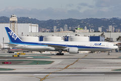 All Nippon Airways ANA Boeing 777 flygplan på Los Angeles den internationella flygplatsen Fotografering för Bildbyråer