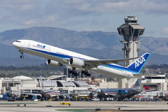 All Nippon Airways ANA Boeing 777 flygplan som tar av från Los Angeles den internationella flygplatsen Arkivfoto