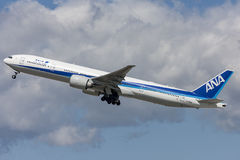 All Nippon Airways ANA Boeing 777 flygplan som tar av från Los Angeles den internationella flygplatsen Arkivbild