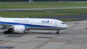 All Nippon Airways Boeing 787, das an Dusseldorf-Flughafen mit einem Taxi fährt stock video footage