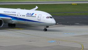 All Nippon Airways Boeing 787 en el aeropuerto de Düsseldorf almacen de video