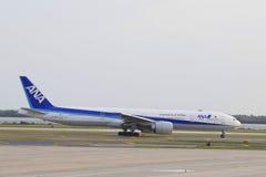All Nippon Airways Boeing 777 som beskattar i JFK-flygplats i NY Arkivfoto