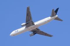 All Nippon Airways JA614A Boeing 767-300 i luften, Peking, Kina Arkivbilder
