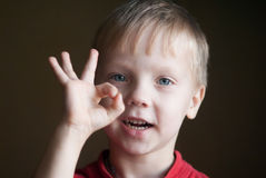 All right. Child shows gesture, that's all right, okay Royalty Free Stock Photography