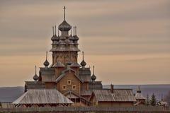 all saintsskeet Träkyrka i området Svyatogorsk Arkivbild