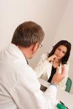 All'ufficio del medico - medico e paziente Fotografia Stock Libera da Diritti
