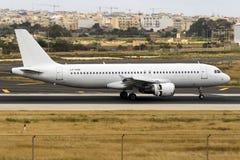 All vit A320 på arrende med luft Malta Royaltyfri Fotografi
