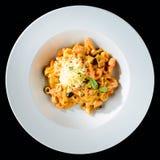 alla茄子背景烹调新鲜的意大利norma荷兰芹意大利面食意粉蕃茄传统白色 与s的开胃tagliatelle面团 库存图片