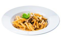 alla茄子背景烹调新鲜的意大利norma荷兰芹意大利面食意粉蕃茄传统白色 在西红柿酱的Penne面团与ch 免版税库存图片