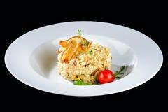 alla茄子背景烹调新鲜的意大利norma荷兰芹意大利面食意粉蕃茄传统白色 与丝毫的开胃乳脂状的意大利煨饭 库存图片