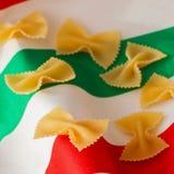 alla茄子背景烹调新鲜的意大利norma荷兰芹意大利面食意粉蕃茄传统白色 特写镜头顶面正面图 在帆布背景的干通心面在颜色的  库存照片