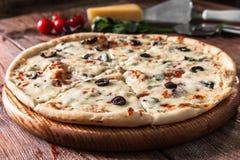alla茄子背景烹调新鲜的意大利norma荷兰芹意大利面食意粉蕃茄传统白色 被烘烤的乳酪薄饼 图库摄影