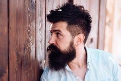 Alla barba o non alla barba Uomo barbuto con capelli alla moda Uomo bello con la barba ed i baffi di modo negozio di barbiere o immagine stock