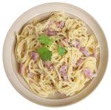 Alla Carbonara спагетти в изолированном шаре Стоковые Изображения RF