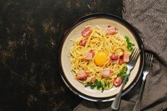 Alla Carbonara de las pastas con la salsa cremosa, el jamón y el queso Visión superior, endecha plana Fondo rústico oscuro Copie  fotos de archivo libres de regalías