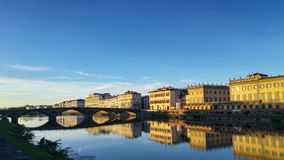 Alla Carraia Ponte που απεικονίζεται από τον ποταμό Arno στοκ εικόνες με δικαίωμα ελεύθερης χρήσης