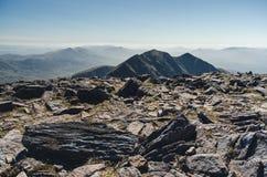 Alla cima di Carrauntoohil, il più alta collina dell'Irlanda Immagini Stock