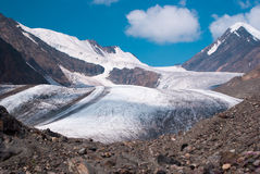 Alla collina pedemontana di grande ghiacciaio di Aktru Fotografia Stock Libera da Diritti