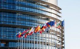 Alla europeiska fackliga flaggor framme av parlamenteu Arkivbild