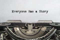 Alla har en berättelse, skrev ord på en tappningskrivmaskin royaltyfri bild