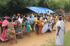 Alla i folkmassan är ivrig att trycka på repet av hastigheten för att få välsignelse av guden Arkivbilder