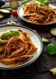 Alla italiano Norma dos espaguetes da massa do vegetariano com beringela, tomates, manjericão e queijo parmesão imagens de stock