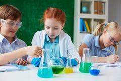 Alla lezione di chimica Immagini Stock Libere da Diritti