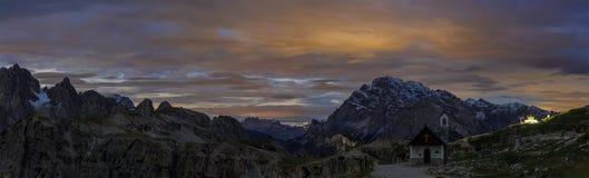 Alla notte nelle alpi italiane, dolomia, Italia Immagine Stock