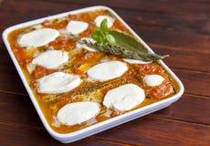 Alla Parmigiana di Melanzane prima di cuocere Immagini Stock