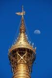 Alla parte superiore del pagoda di Shwedagon Immagini Stock