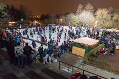 Alla pista di pattinaggio sul ghiaccio nella notte Immagini Stock Libere da Diritti