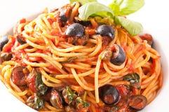 Alla Puttanesca del espagueti Fotos de archivo libres de regalías