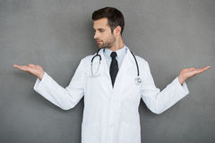 Alla ricerca di giusta soluzione medica Fotografia Stock