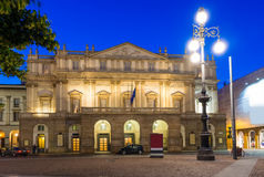Alla Scala Teatro (театр La Scala) на ноче в милане стоковая фотография