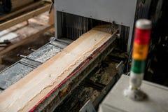 Alla segheria Immagine del legno di sawing con i segni del laser fotografia stock libera da diritti