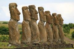 Alla sju Moai statyer på Ahu Akivi har nästan den jämbördiga höjden av 4 5 meter och vända motStilla havet, påskö, Chile royaltyfri bild