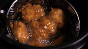 alla Smet-stekte fega köttklumpar är djupt som stekas väl gjort i varm kokande olje- panna stock video