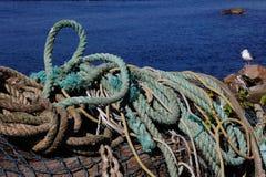 Alla som binds upp! Fiskerep på bryggan i Oregon Arkivbild