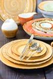Alla sorter av bordsservis på trätabellcloseupen Arkivfoto