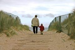 Alla spiaggia con la nonna Fotografie Stock Libere da Diritti