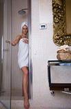 Alla stanza da bagno Immagine Stock