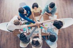 Alla tillsammans! Befruktning av lyckad teambuilding Topview av royaltyfri foto