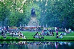 Alla tycker om en grillfest i Vondelparken, Amsterdam, Holland Arkivbilder