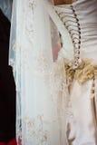 Allacciamento del vestito da cerimonia nuziale Fotografia Stock Libera da Diritti