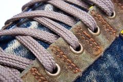 Allacciamento delle calzature di sport Fotografie Stock