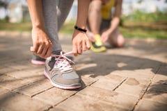 Allacciare le scarpe da tennis Fotografia Stock