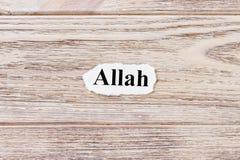 ALLAH des Wortes auf Papier Konzept Wörter von ALLAH auf einem hölzernen Hintergrund Stockbilder