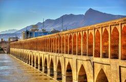 Allahverdi Khan Bridge (si-nolla-seh pol) i Isfahan royaltyfria bilder
