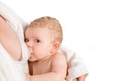 Allaiter de bébé de petit enfant d'isolement Photo stock