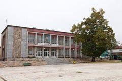 Allaktivitetshus Ivan Vazov i stadmitten av Berkovitsa Fotografering för Bildbyråer
